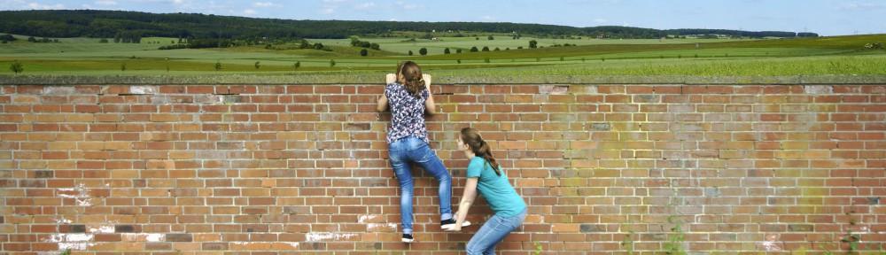 Helfen über Mauer breit